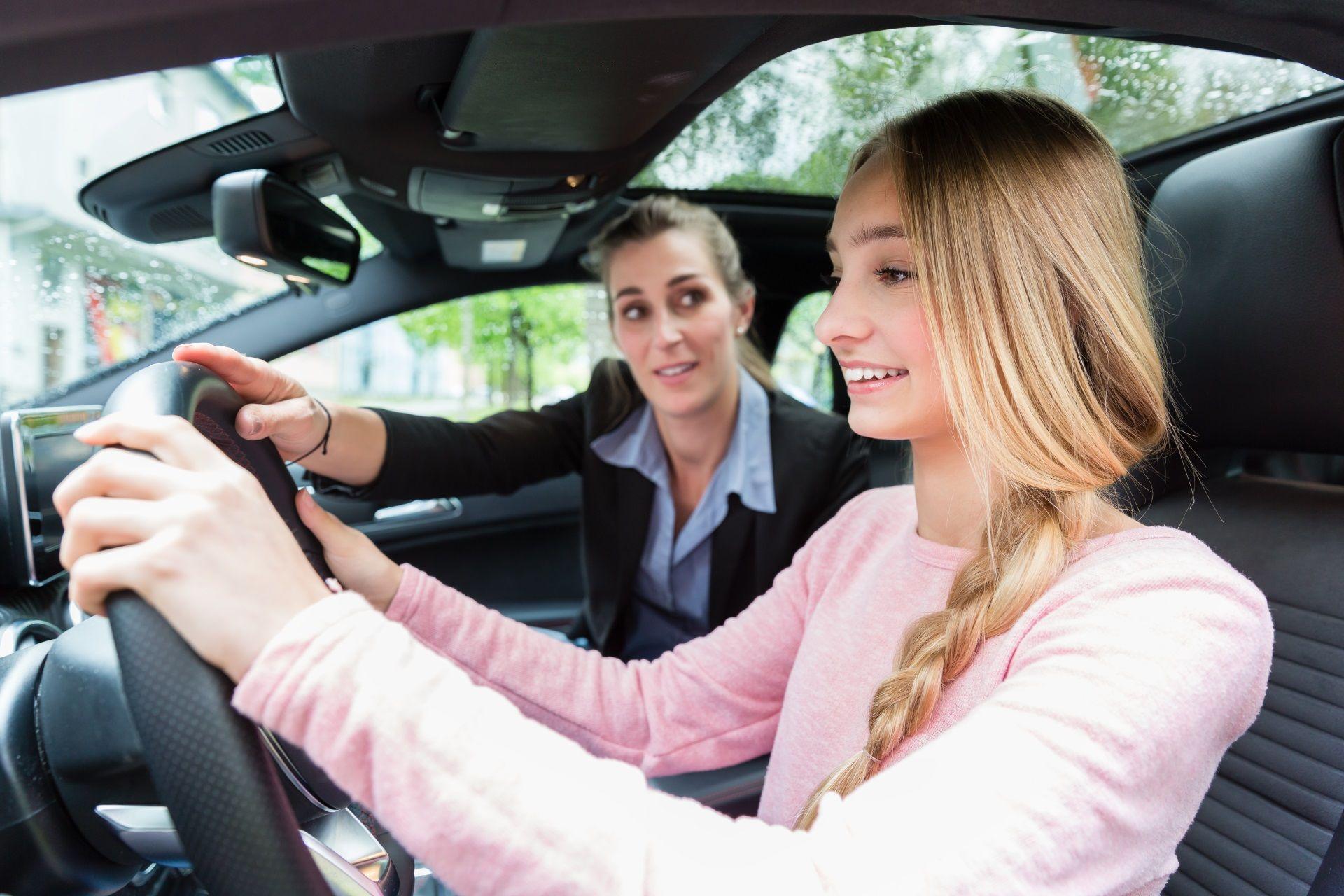 Una empleada vende un coche a una joven