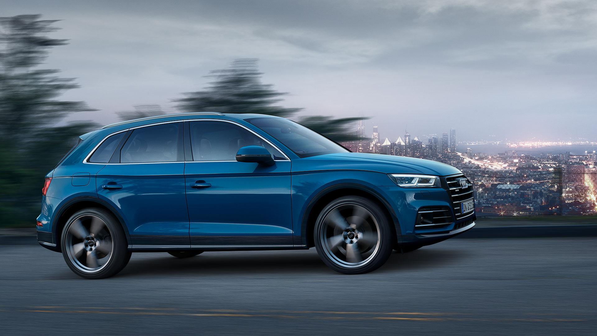 Audi Q5 TFSI e Quatro azul en carretera