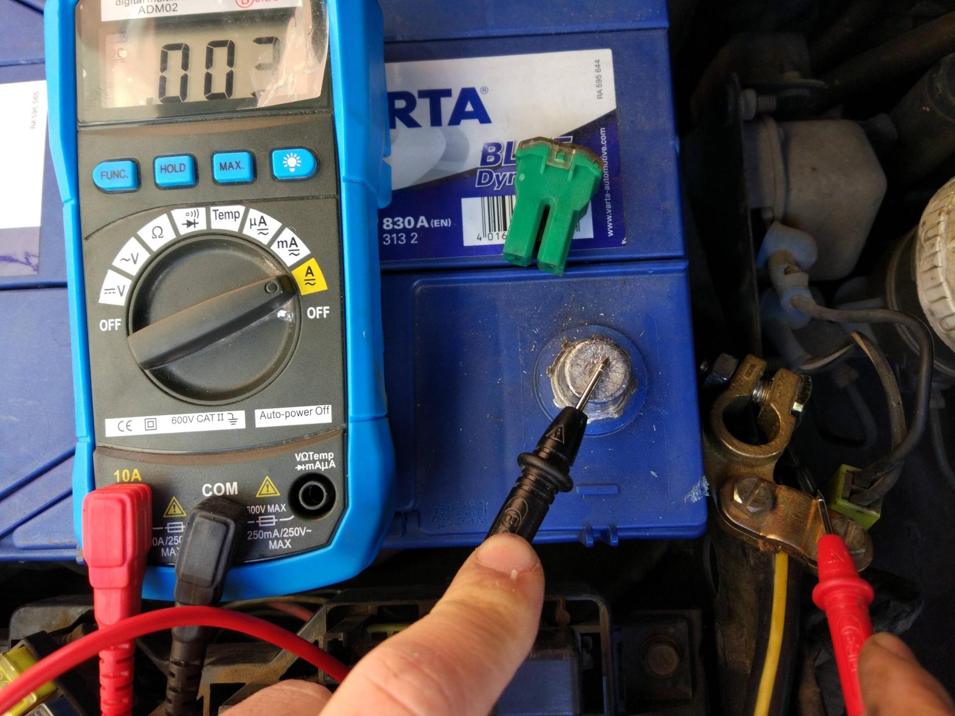 Polímetro midiendo la batería de un coche