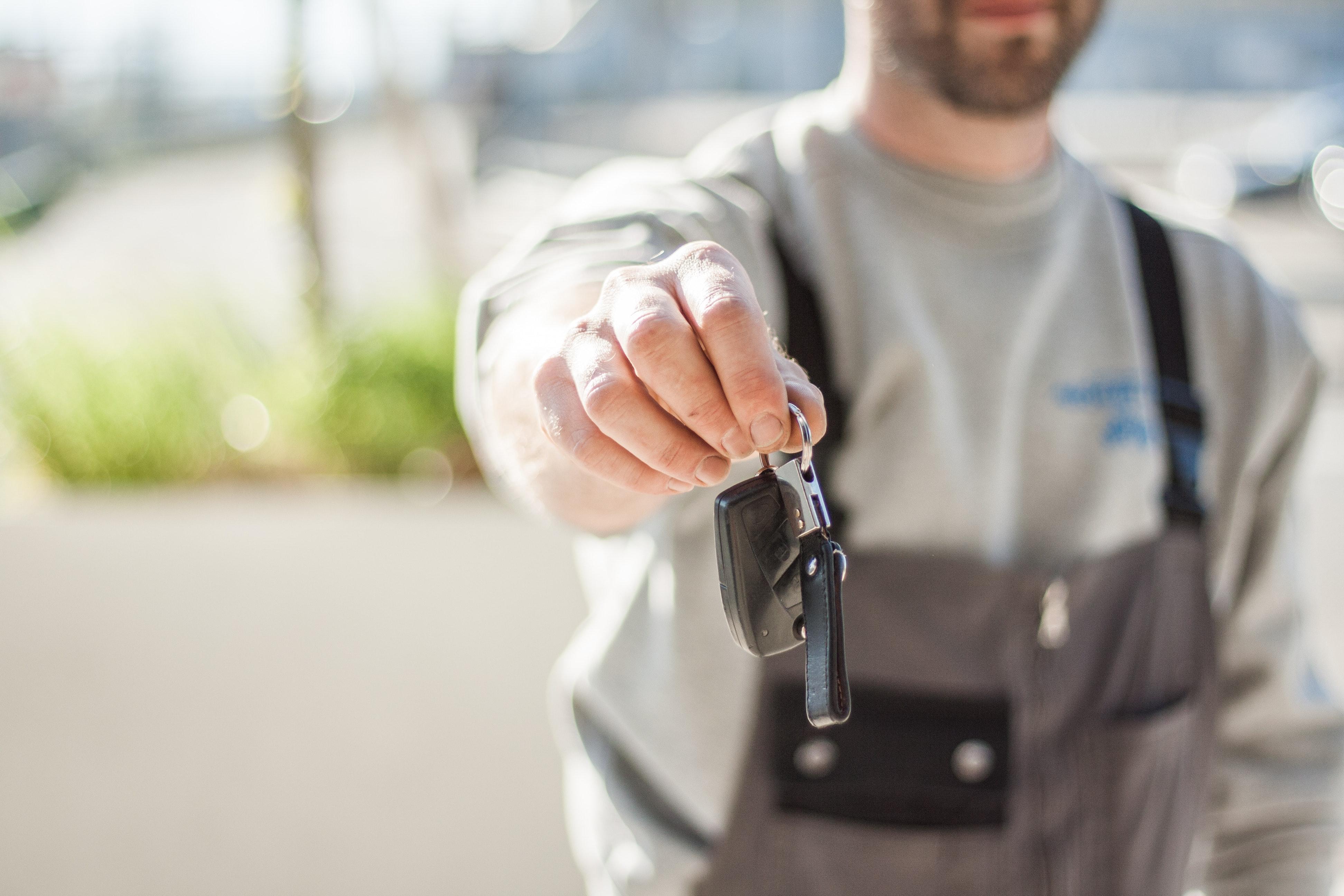 Entrega de llaves de un coche de segunda mano