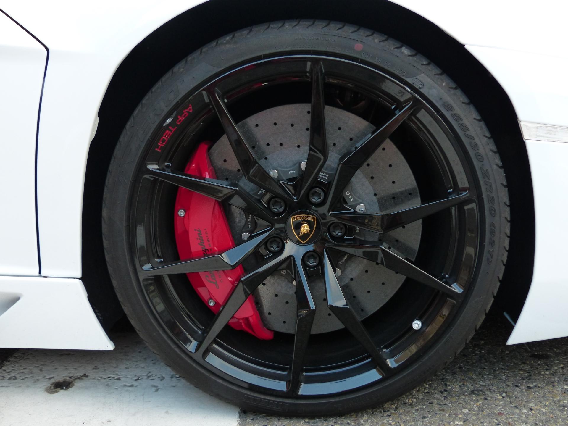 Pastilla y disco de freno de un coche deportivo