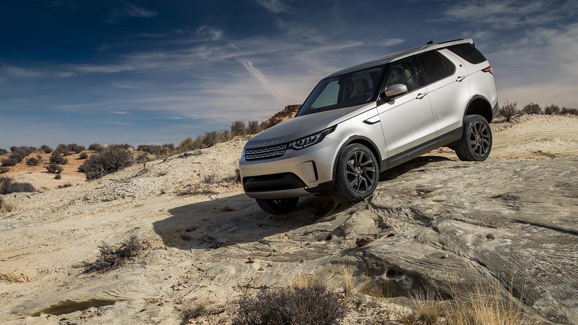 Land Rover Discovery en una ladera pedregosa