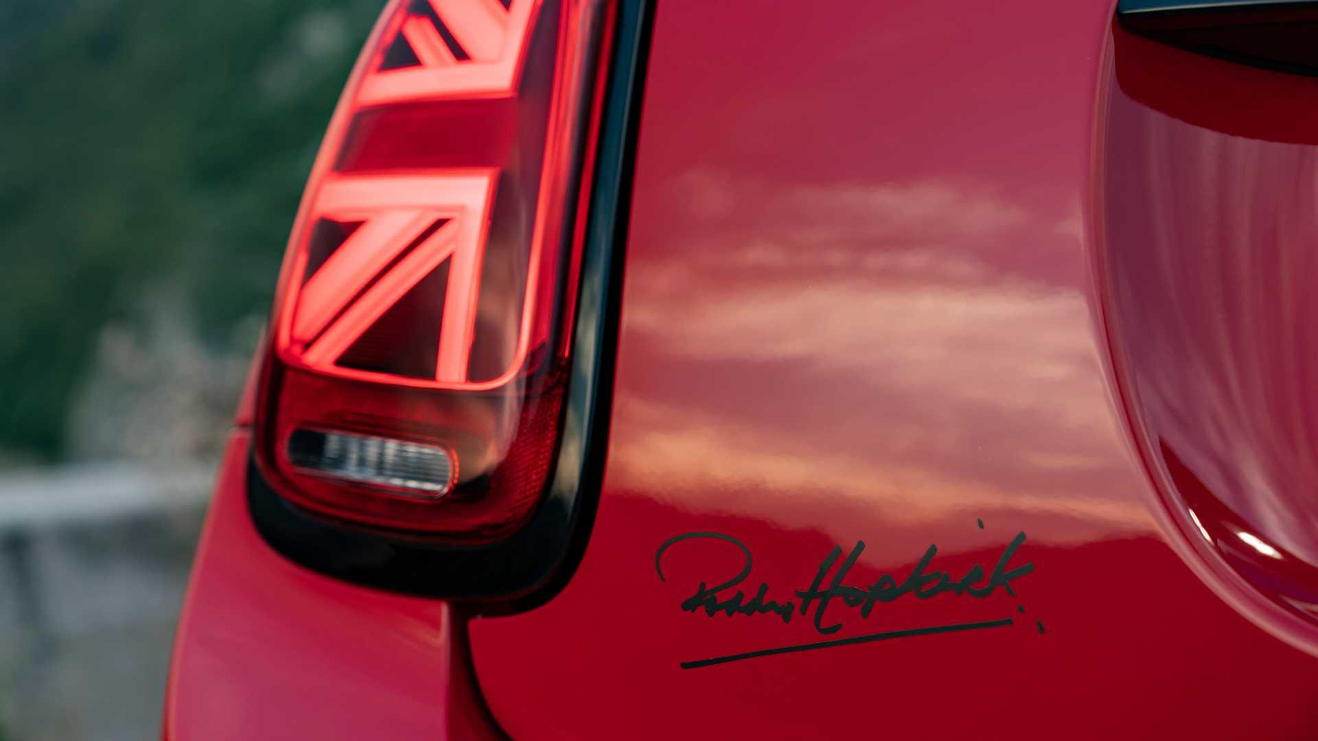 Firma del piloto original en el maletero del MINI Paddy Hopkirk Edition