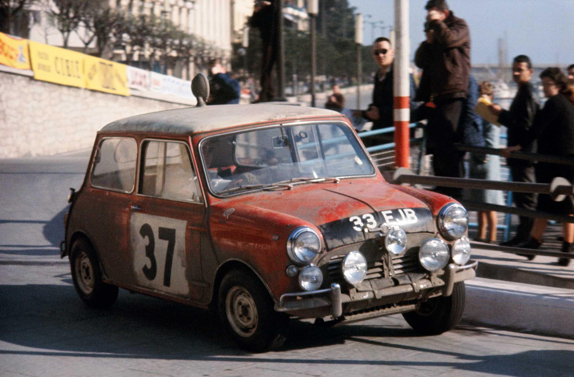 Mini Cooper S de 1964 conducido por Paddy Hopkirk en el Rally de Montecarlo