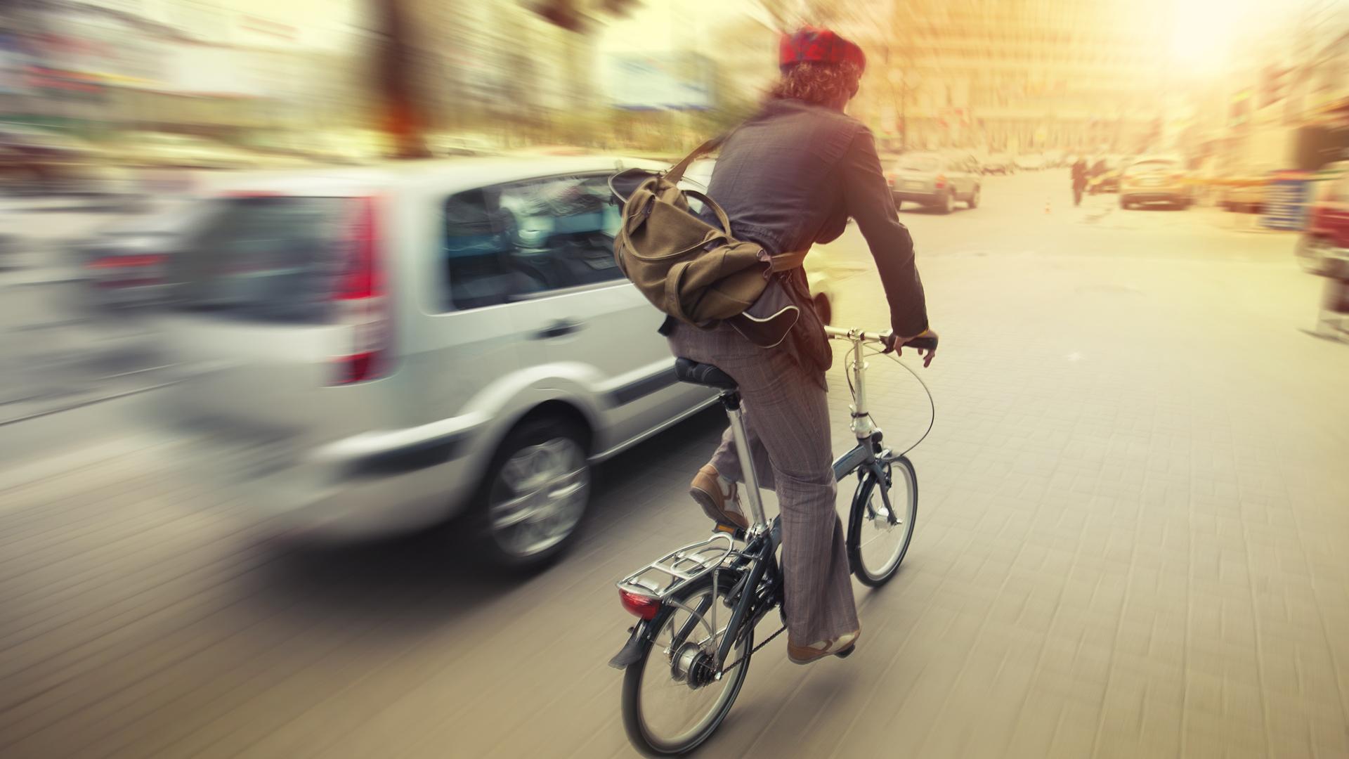 Coche ralizando un adelantamiento a un ciclista