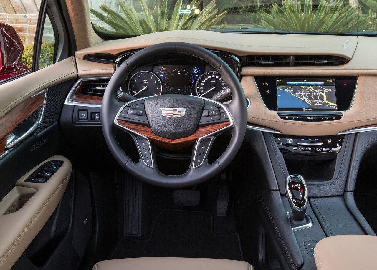 Interior del Cadillac XT5 con salpicadero de color beige a conjunto de los asientos