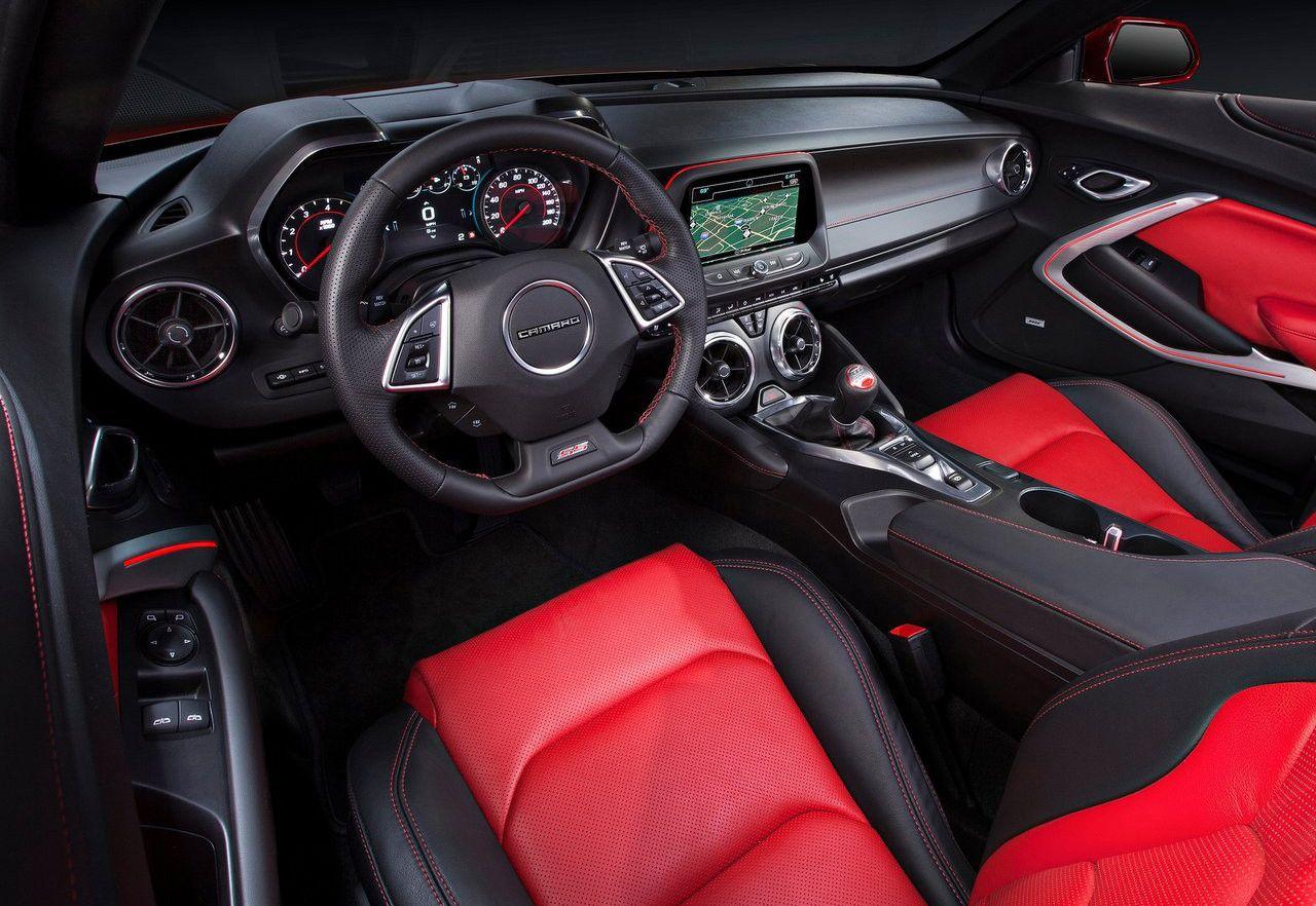 Impresionante interior sport del Chevrolet Camaro con salpicadero sport de color negro y asientos de piel de color rojo