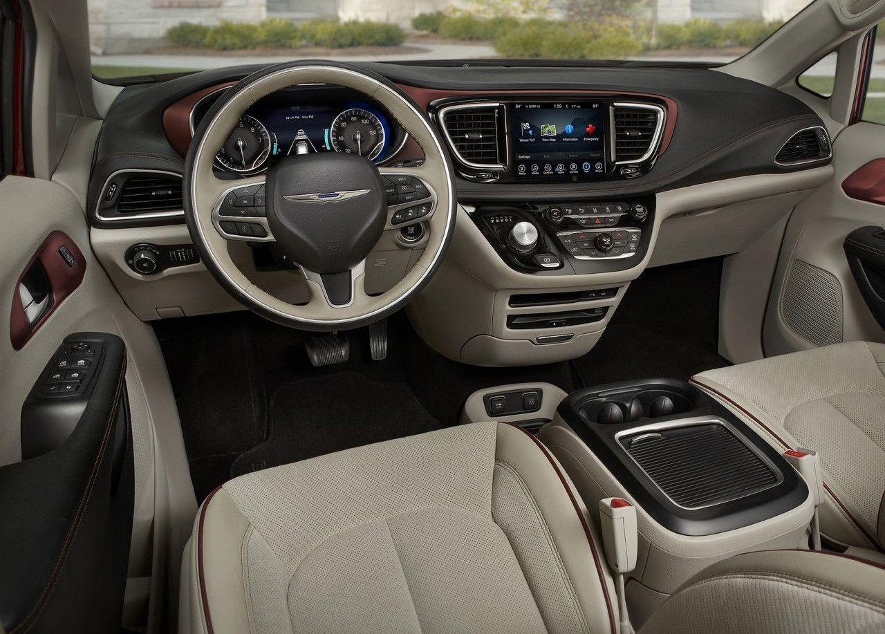 Elegante interior del Chrysler Pacifica con salpicadero de color negro con detalles en rojo vino y resto del habitáculo de color blanco tirando para crema