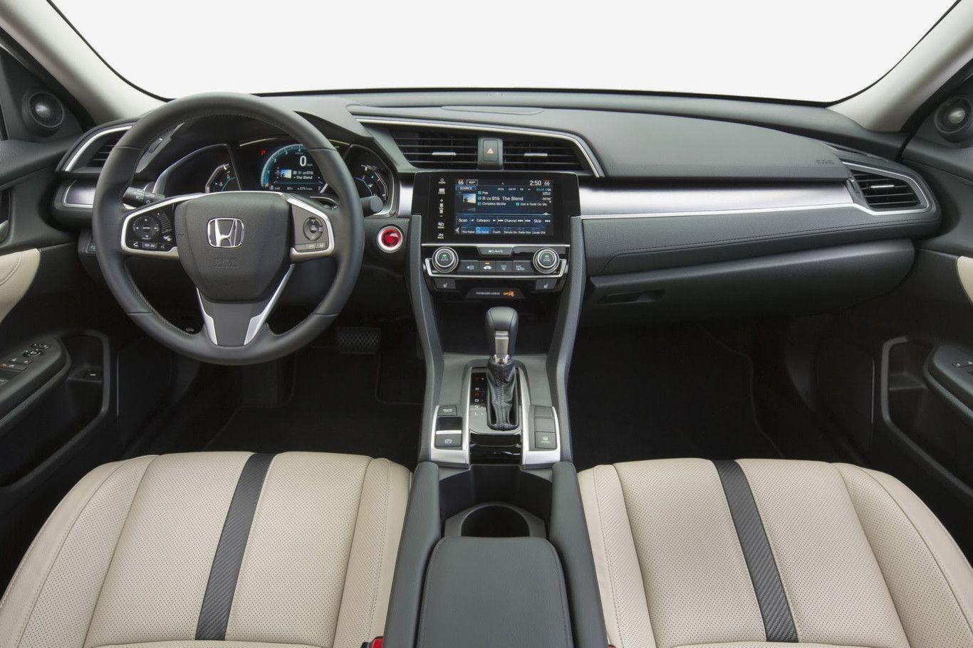 Interior del Honda Civic con salpicadero de color negro y asiento de color beige