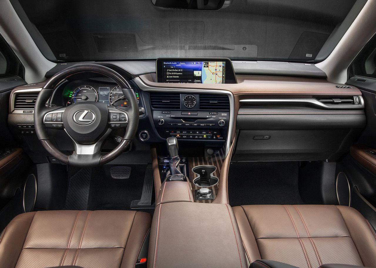 Interior del Lexus RX con salpicadero de color negro y detalles en marrón, y asientos de cuero marrón