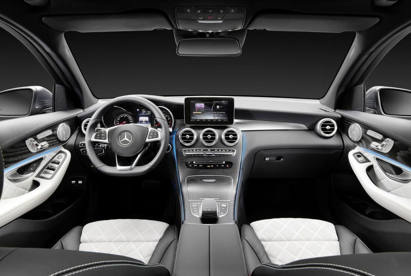 Interior del Mercedes Benz GLC con combinaciones de gris y negro