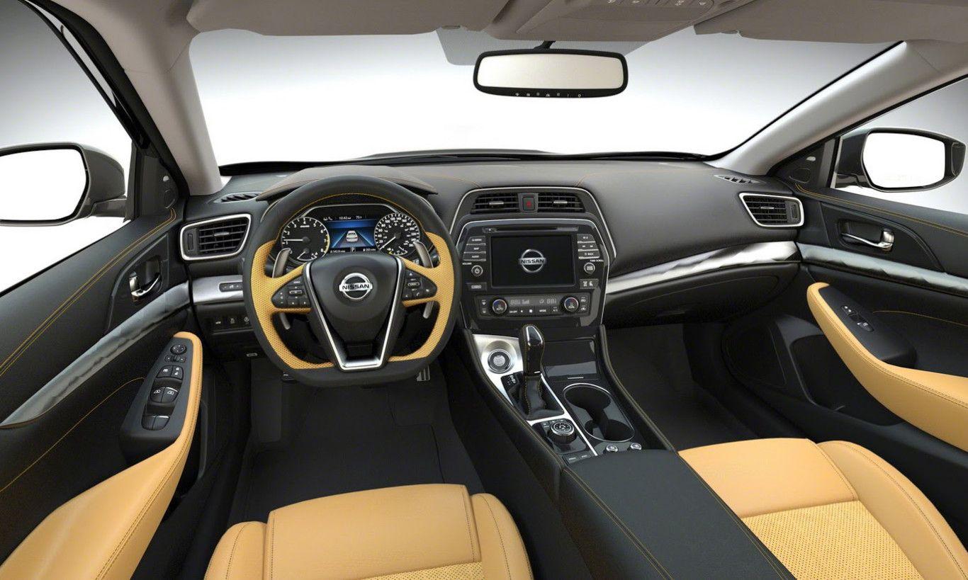 Interior del Nissan Maxima con salpicadero de color negro y detalles de color amarillo