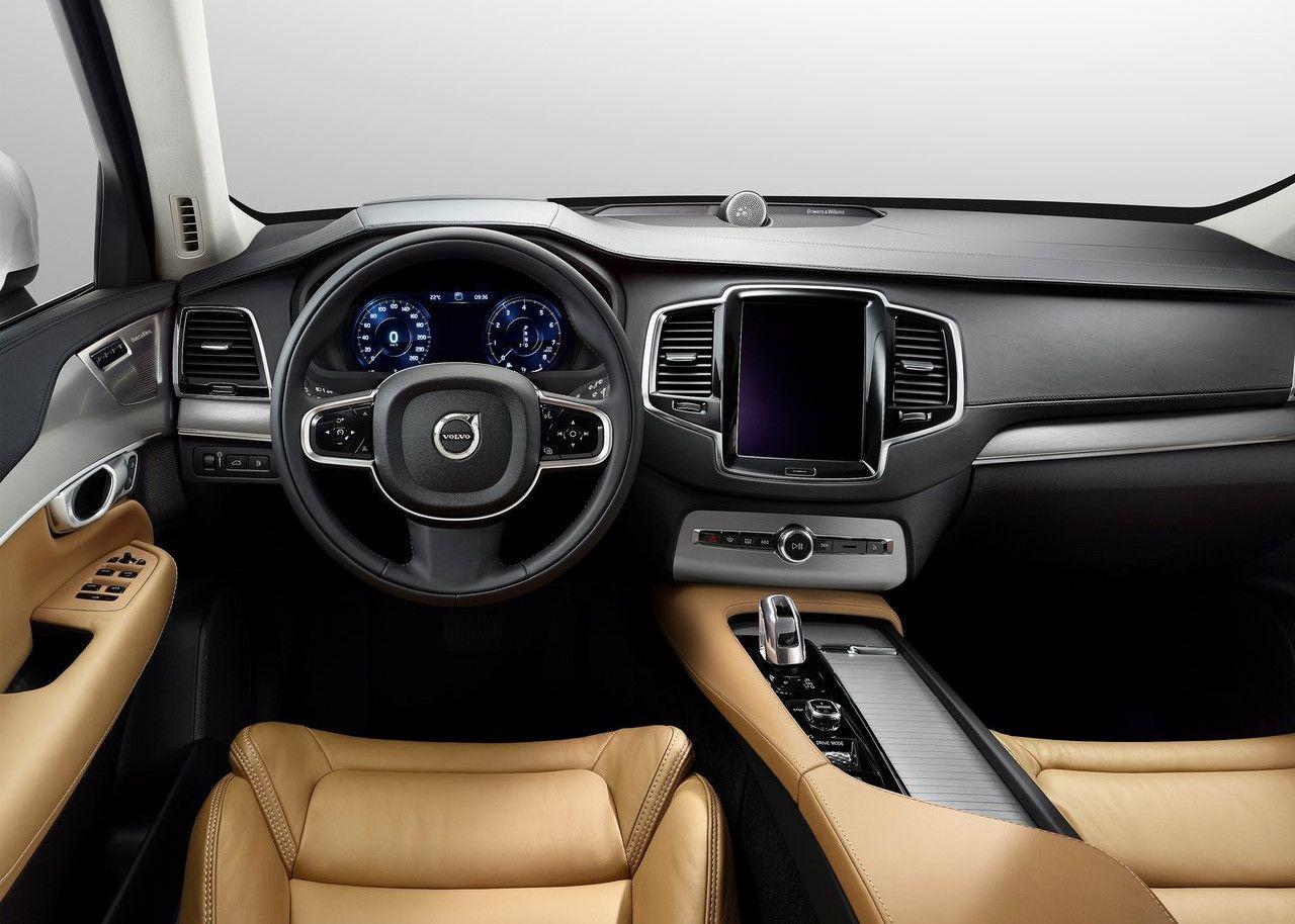 Interior del Volvo CX90 de color negro el salpicadero y color crema los aisentos de piel