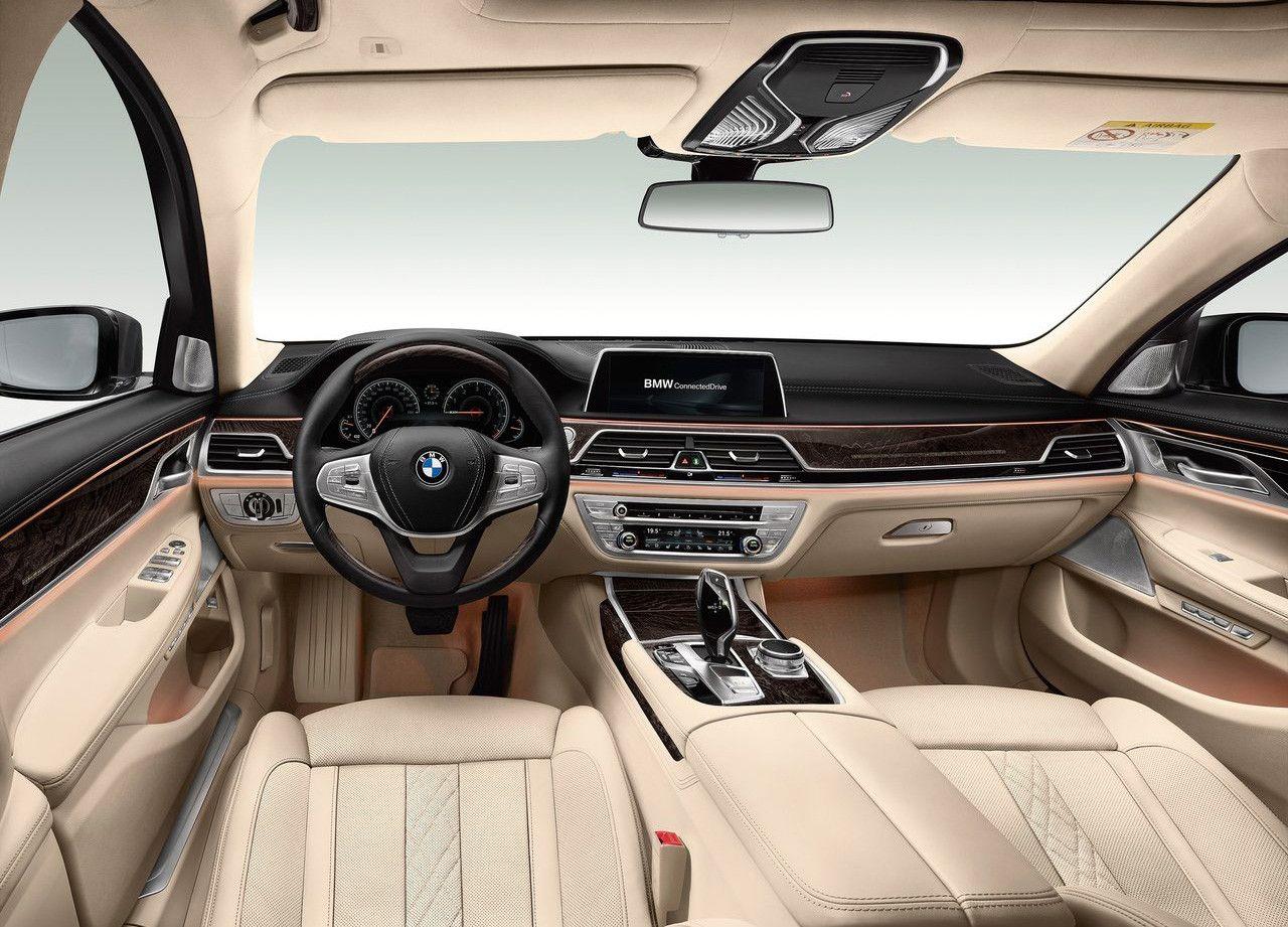 Interior del BMW Serie 7 son salpicadero de color negro y el resto del habitáculo de color crema