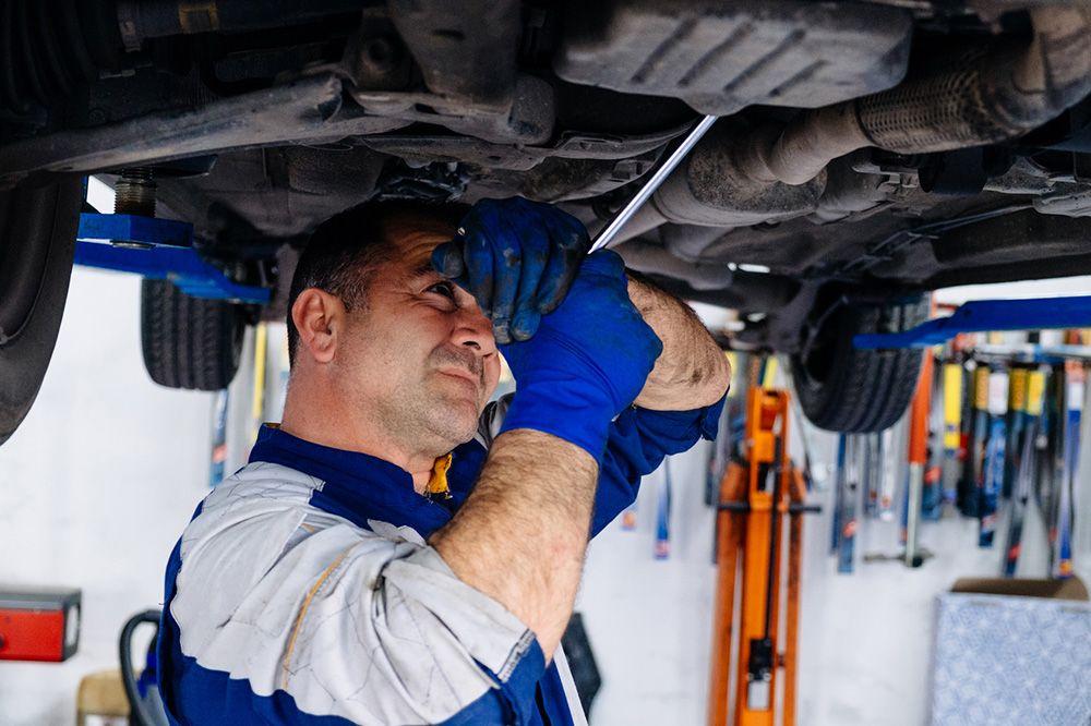 Los trabajadores que reparan automóviles, están sometidos a riesgos que pueden provocar lesiones en el taller mecánico, pero éstas pueden prevenirse