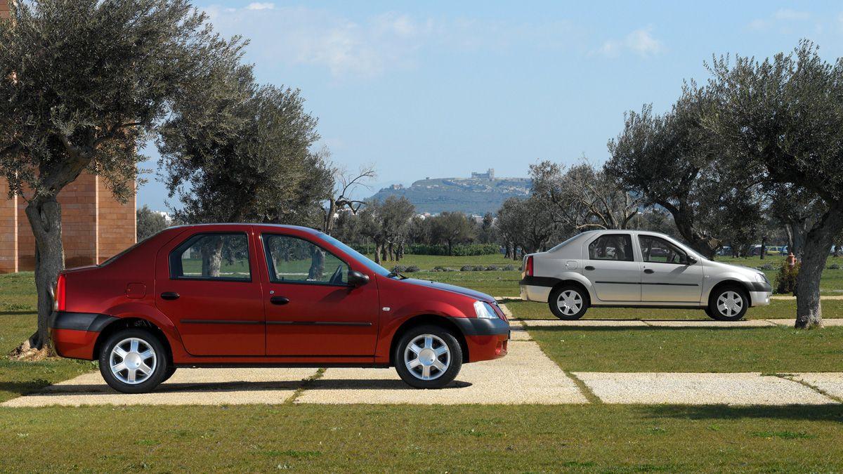 Perspectiva lateral de dos Dacia Logan, el primero de color rojo vino y el segundo de color gris claro