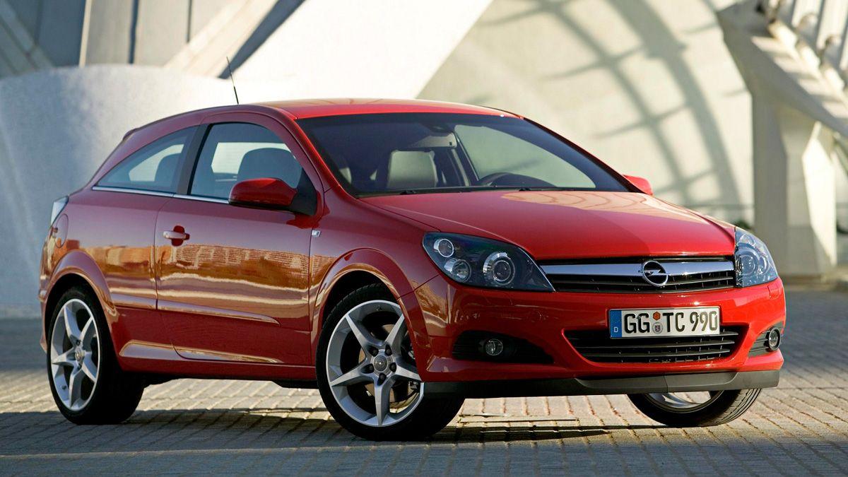 Perspectiva frotolateral de Opel Astra GTC de color rojo