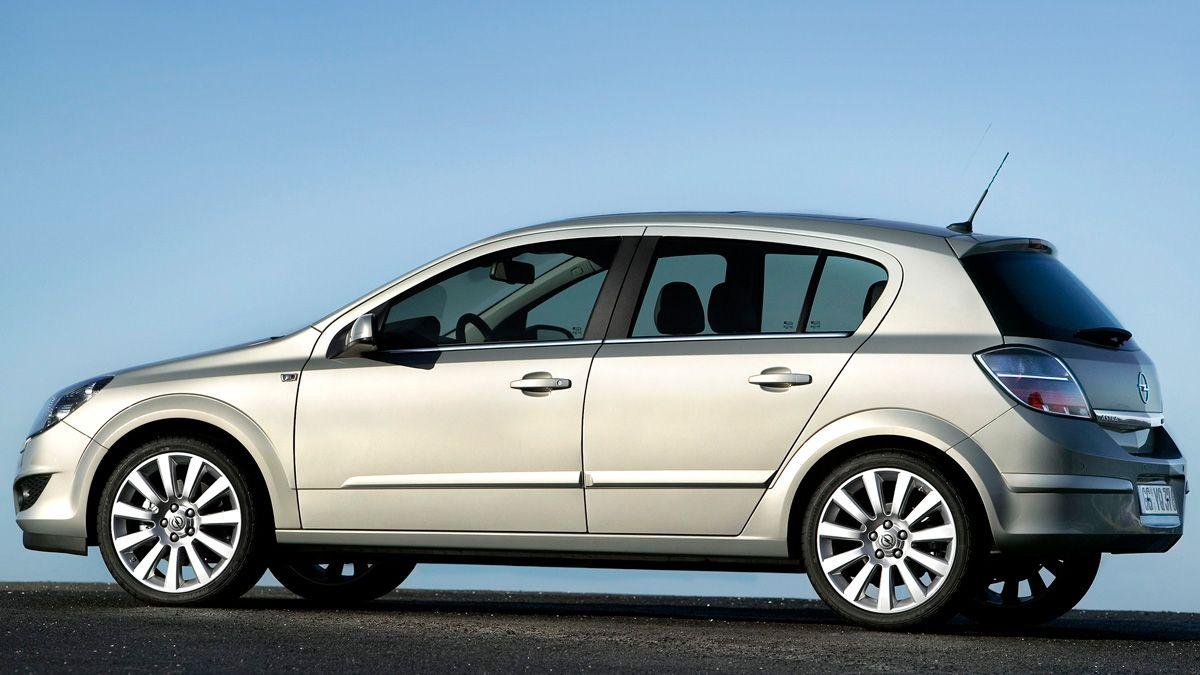 Perspectiva lateral del Opel Astra de color gris con reflejos crema