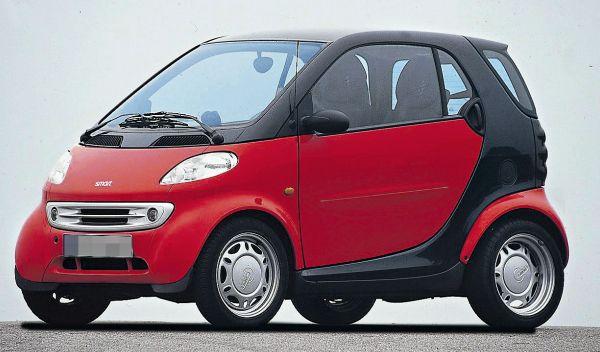 Perspectiva frontolateral del Smart ForTwo de color rojo con la parte trasera en negra.