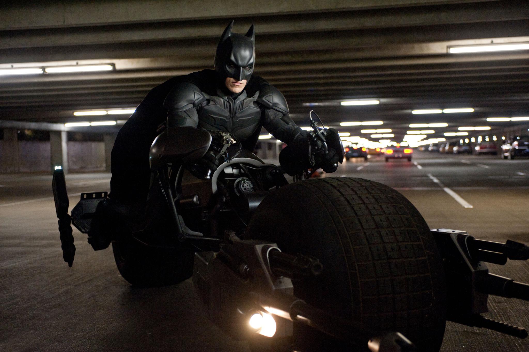 Imagen de la película Batman El Caballero Oscuro con su moto, la Batpod