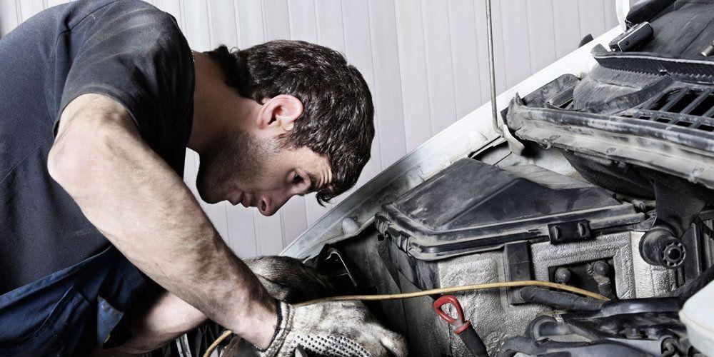 Mecánico reparando el motor de un coche
