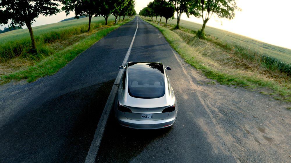 Perspectiva aérea-trasera del Tesla Model 3 de color plateado