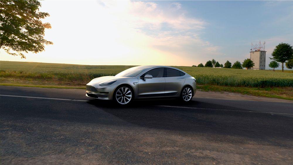 Perspectiva lateral del Tesla Model 3 de color gris metalizado