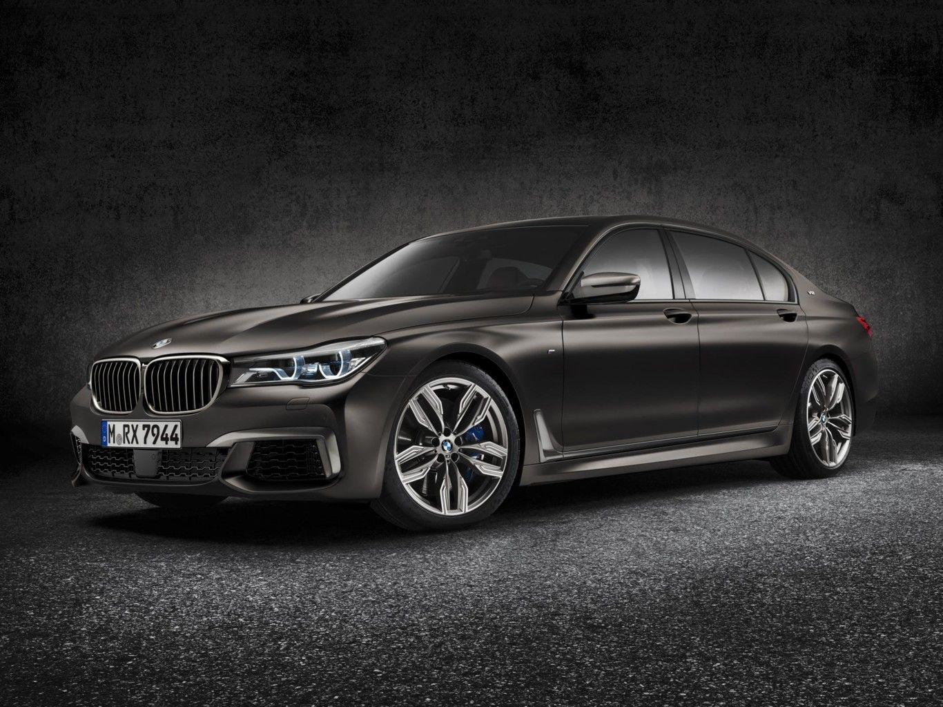 Perspectiva frontolateral del BMW M760Li xDrive de color gris oscuro
