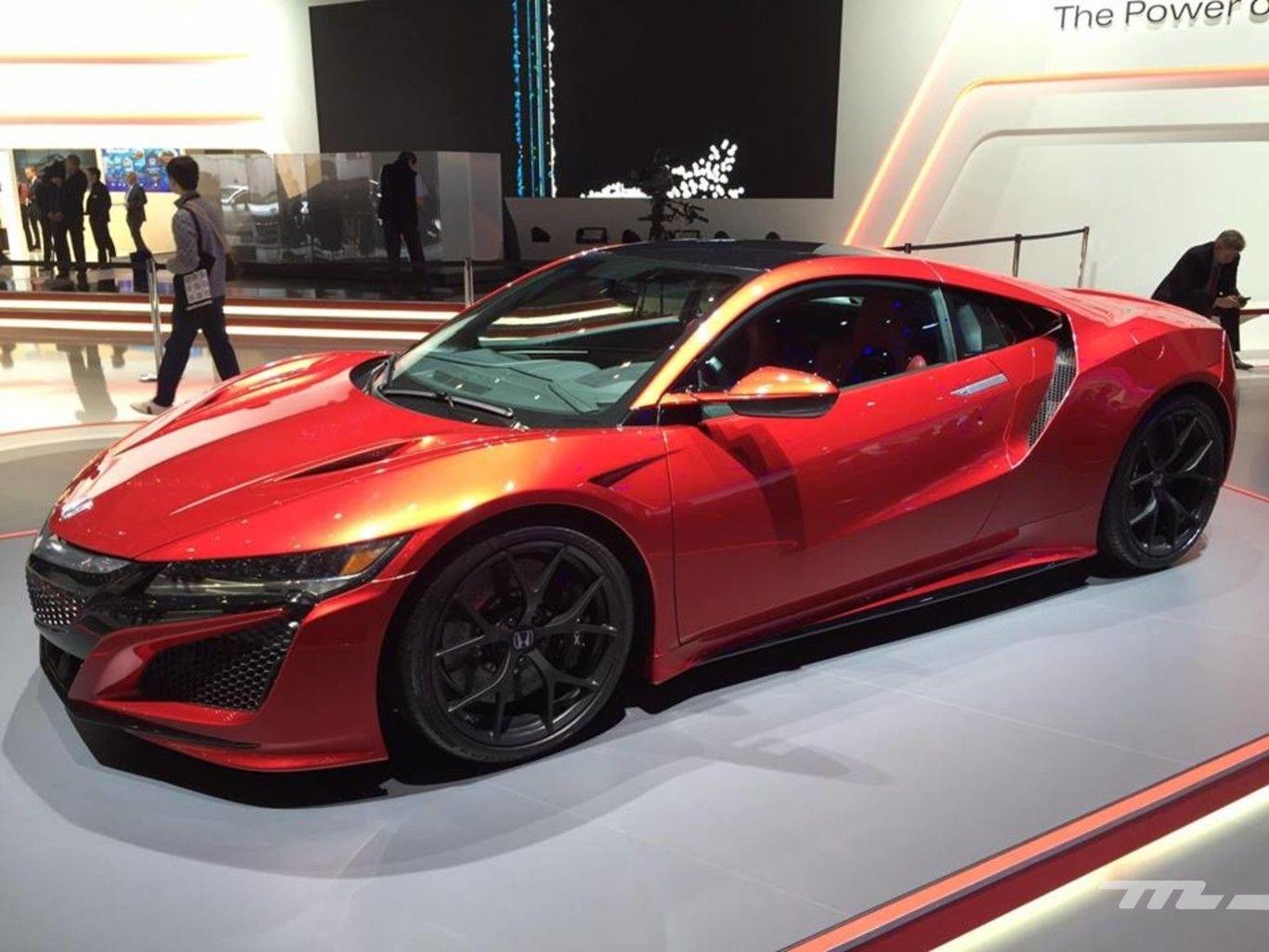 Perspectiva lateral y semi-frontal del Honda NSX de color naranja tirando para rojo con deslumbramientos nacarados