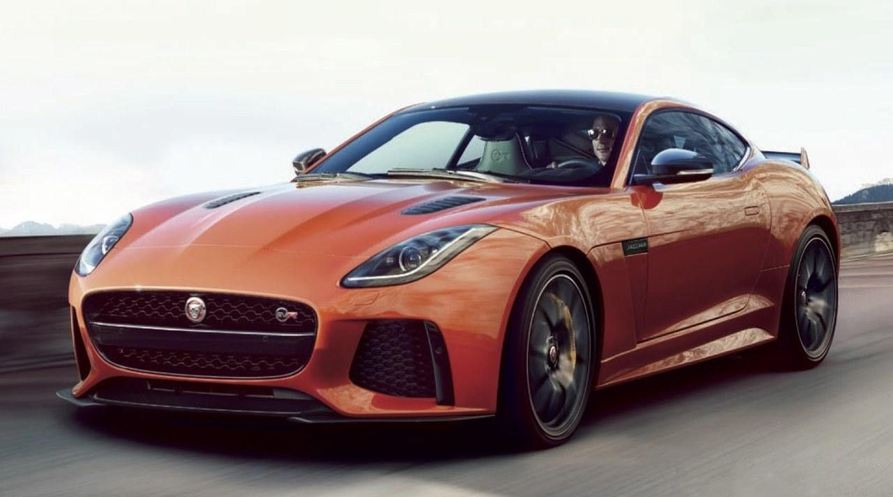 Perspectiva frontolateral del Jaguar F-Type SVR de color naranja metalizado
