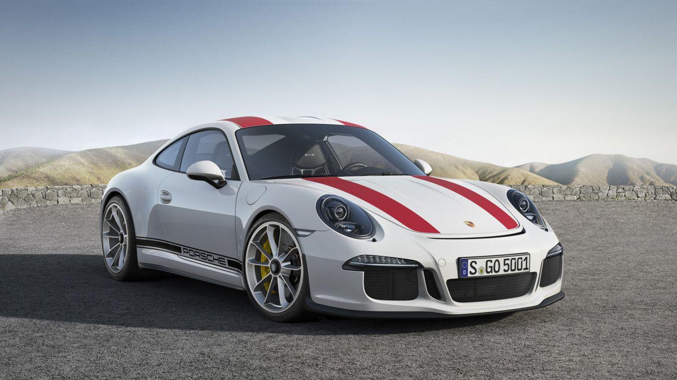 Perspectiva frontolateral del Porsche 911 R de color blanco con dos tiras sport de color rojo