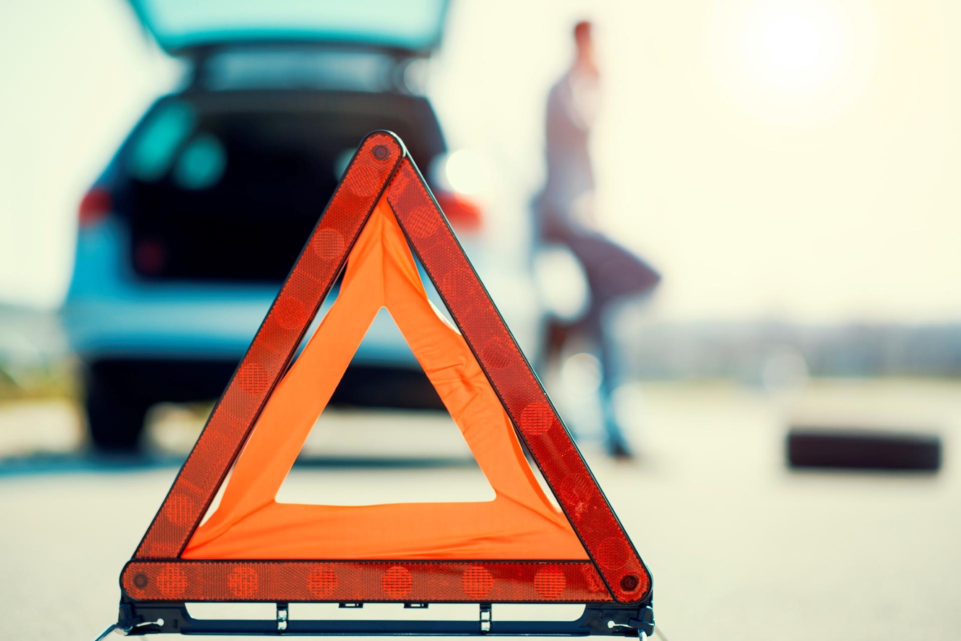 Triángulo de emergencia colocado tras un automóvil