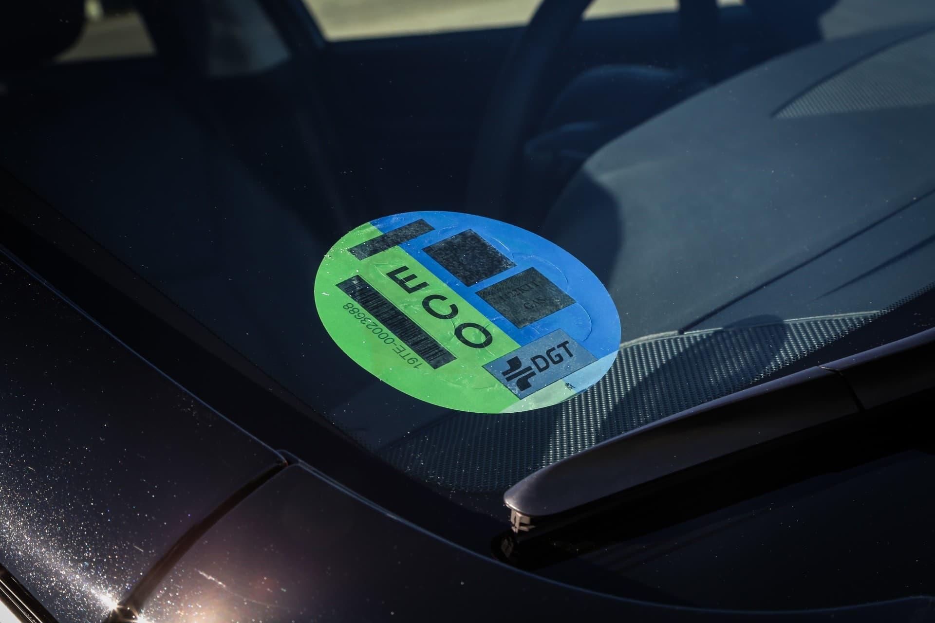 Etiqueta eco en el parabrisas de un coche que funciona con GLP